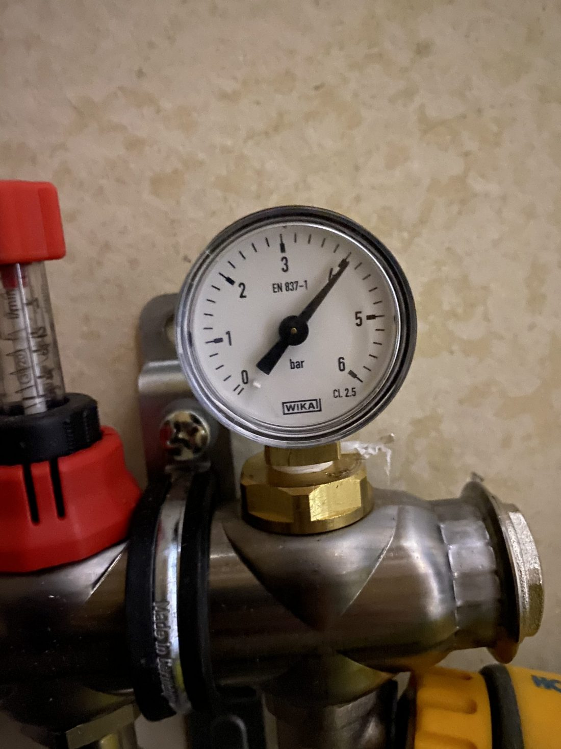 Pressure gauge at 4 bar
